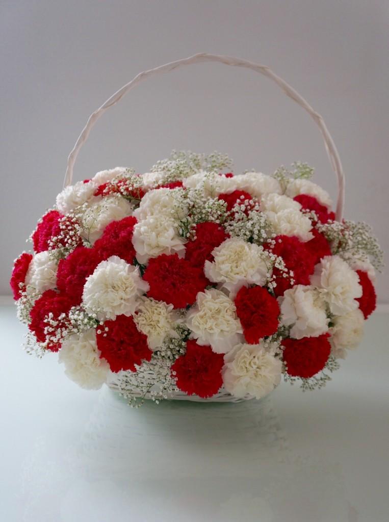 kompozycja z białych i rózowocy gożdzików zdoadkiem gipsówki