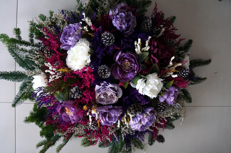 wieniec z sztucznych kwiatów